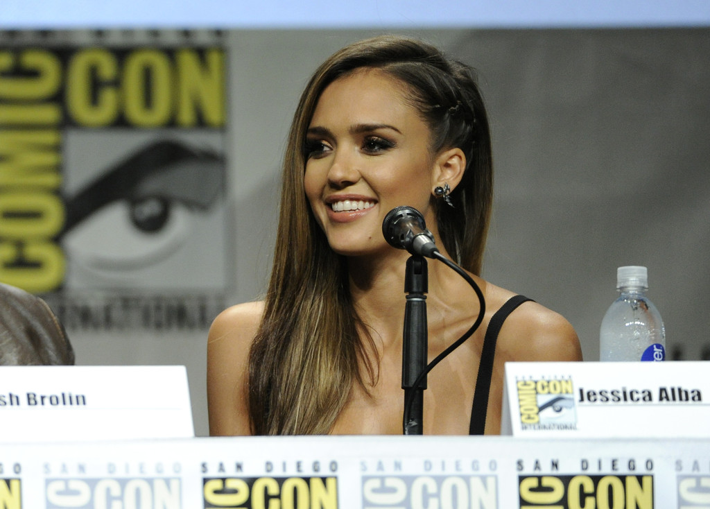 Alba reveals her 'Sin City' dark side at Comic-Con