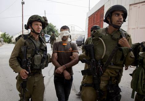palestinese e soldati IDF