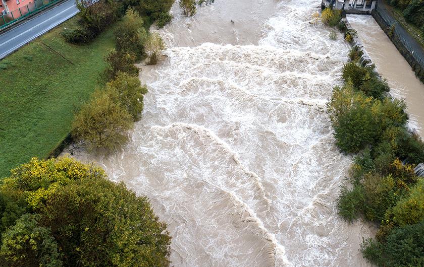 メインビジュアル : 多発する大雨・集中豪雨から住民を守る! 河川の水位をAIで予測する技術