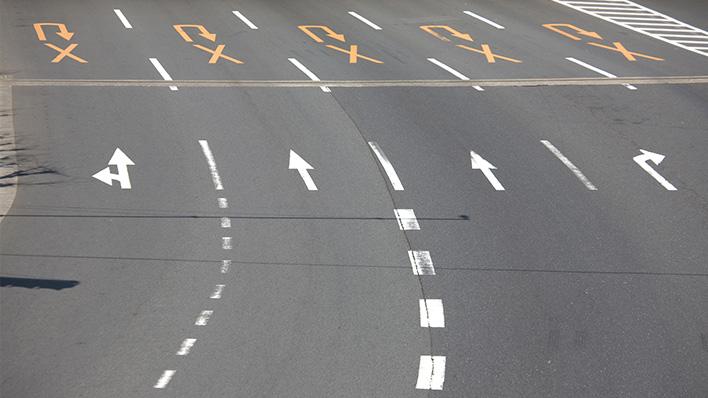 メインビジュアル : 車線逸脱警告を広角カメラで実現!車の運転をより安全に