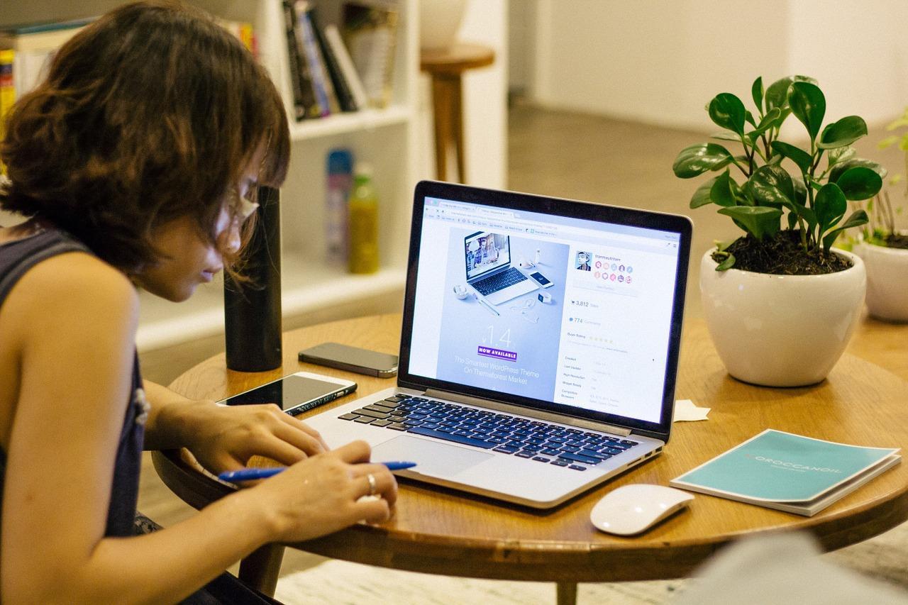 woman on computer.jpg