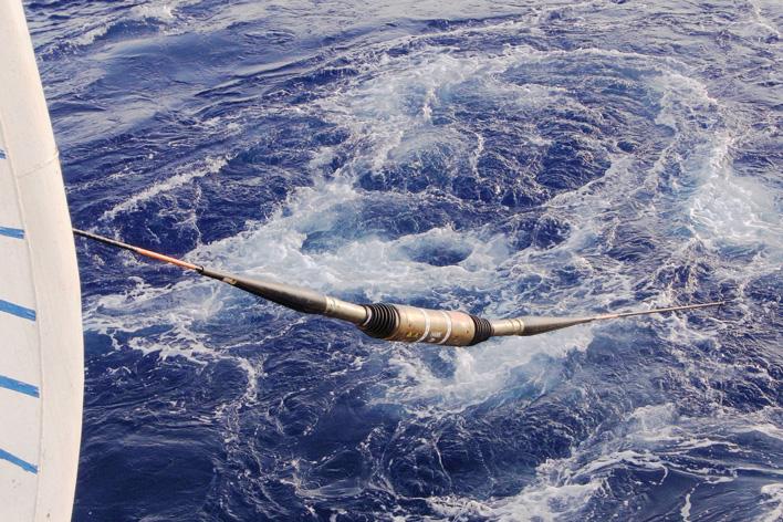 メインビジュアル : 海底8,000mの光海底ケーブルが世界中の人々をつなぐ