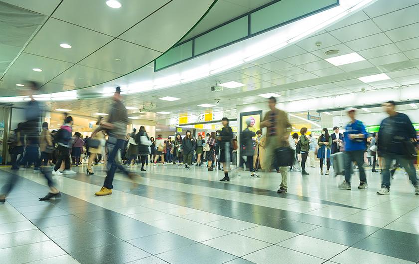 メインビジュアル : 満員電車の混雑緩和に一役、東京都交通局がポイントサービスで時差出勤を促進